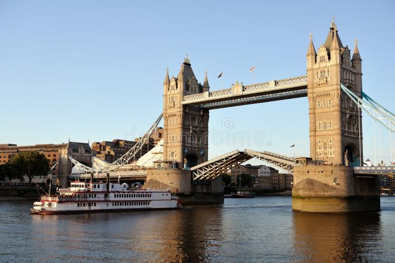 Réplica do paddleboat que passa através da ponte da torre imagem de stock royalty free