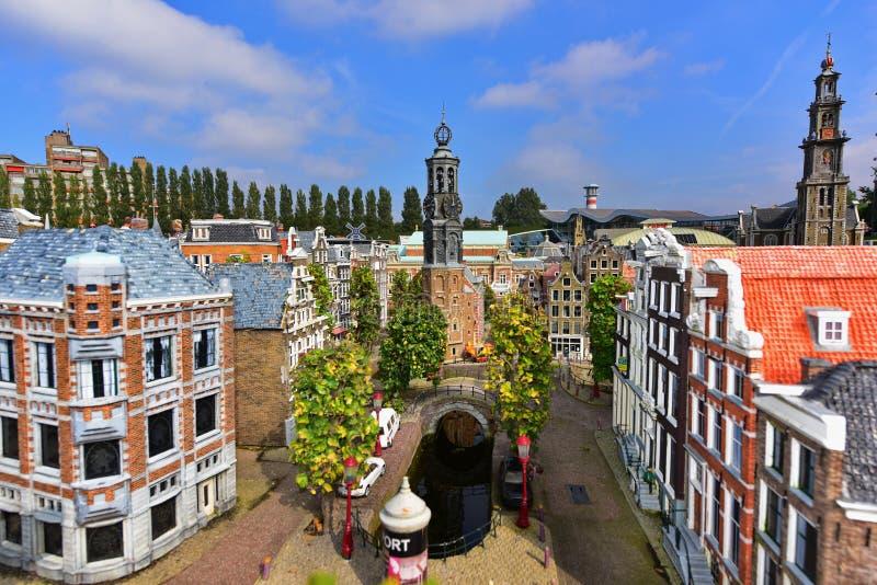 Réplica escalada de casas holandesas tradicionais do canal no parque da miniatura de Madurodam foto de stock