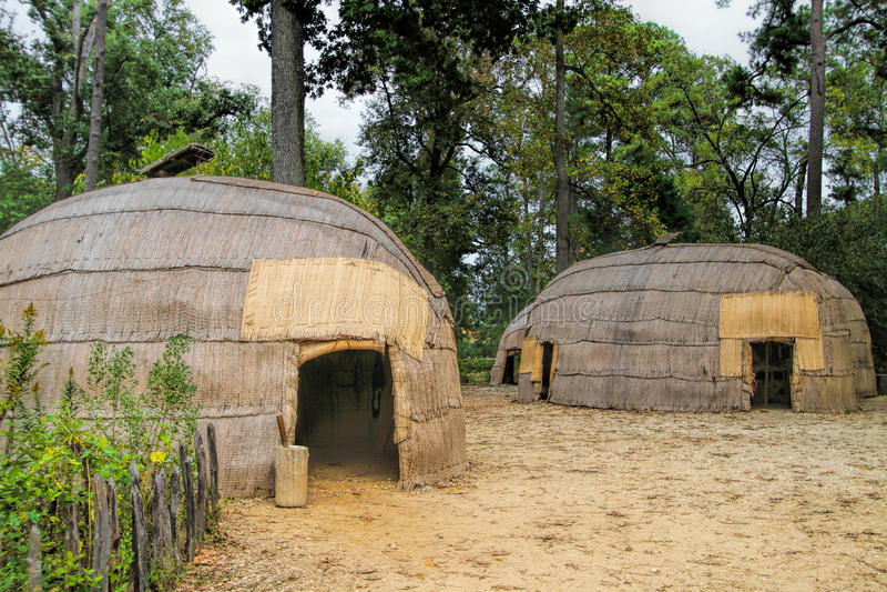 Réplica Reed Covered Powhatan Huts Jamestown Virgínia imagens de stock