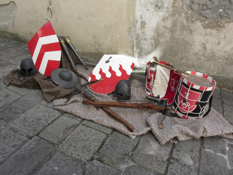 Réplicas de capacetes medievais, de bestas, de protetores e de instrumentos musicais fotos de stock