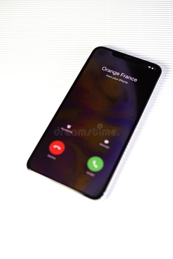 Réponse ou baisse entrante d'appel d'IPhone XS photographie stock libre de droits