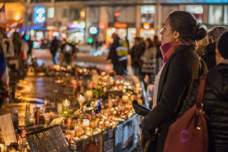 Réponse silencieuse de jeune dame parisienne à la tragédie images libres de droits
