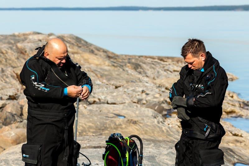 République de la Carélie, Russie - 19 août 2015 : Plongeurs autonomes vérifiant leur équipement et préparer pour plonger photographie stock