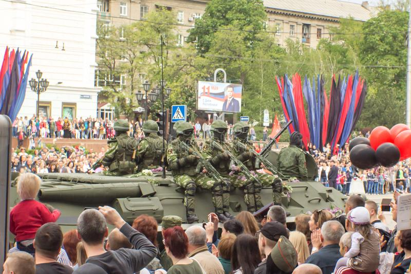 République populaire de DONETSK, Donetsk 9 mai 2018 : L'infanterie blindée soviétique soutiennent la machine sur la rue principal photos stock