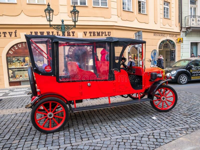 RÉPUBLIQUE TCHÈQUE DE PRAGUE - 20 FÉVRIER 2018 : Voiture de visite guidée de vintage dans la vieille place Prague images stock