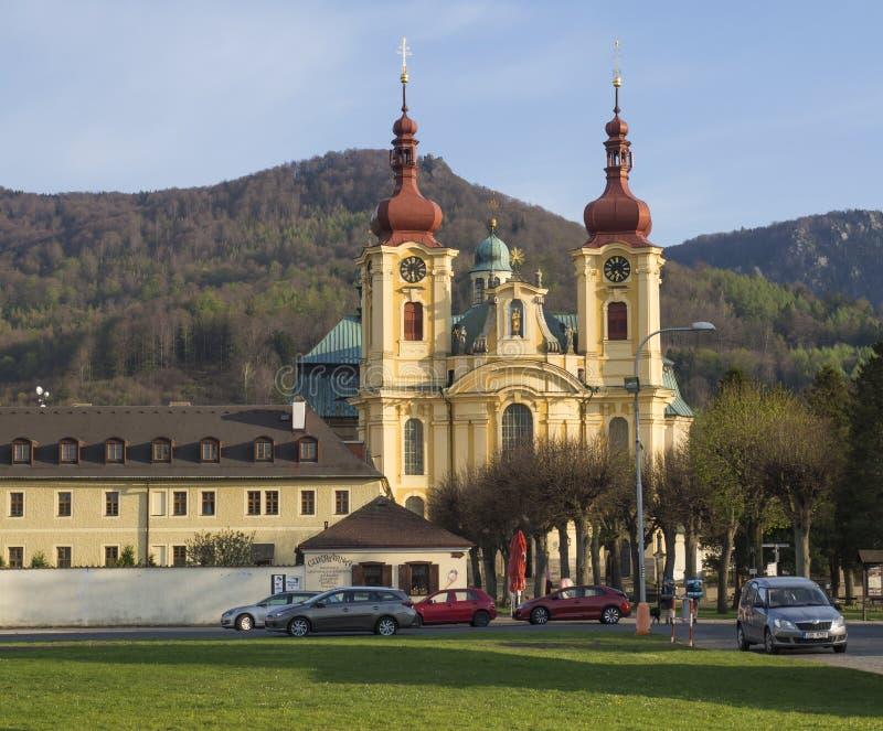 République Tchèque, Hejnice, le 20 avril 2019 : Église baroque de basilique de Vierge Marie visite au printemps, heure d'or photographie stock
