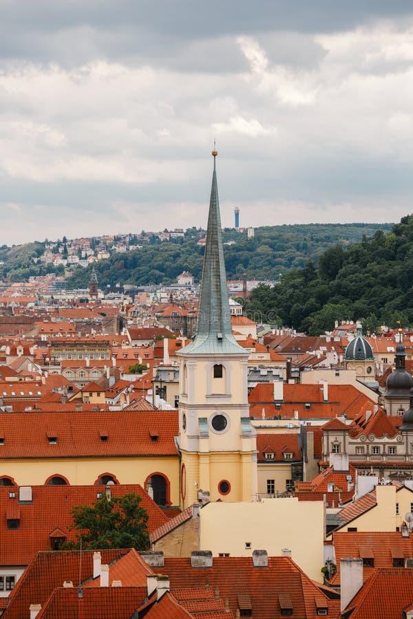 République Tchèque, Prague, le 25 juillet 2017 : Vue panoramique de la ville Toits rouges des maisons et structures de la vieille image libre de droits