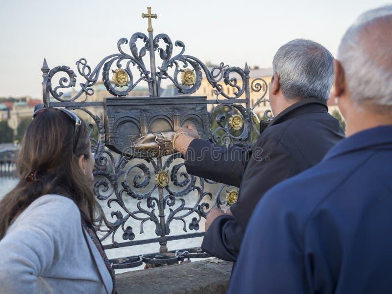 République Tchèque, Prague, le 8 septembre 2018 : Groupe de personnes de touristes touchant le prêtre en baisse Saint John de Nep photos stock