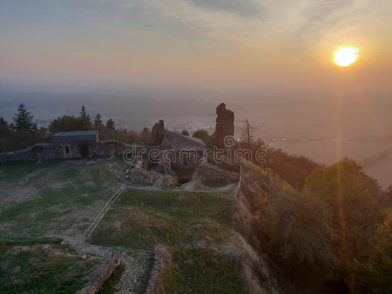 République Tchèque, ruines Lichnice, coucher du soleil, automne de château photo libre de droits
