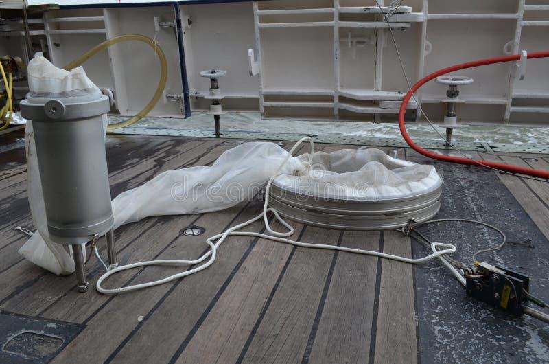 Réseau de plancton à bord d'un récipient de recherches photos libres de droits