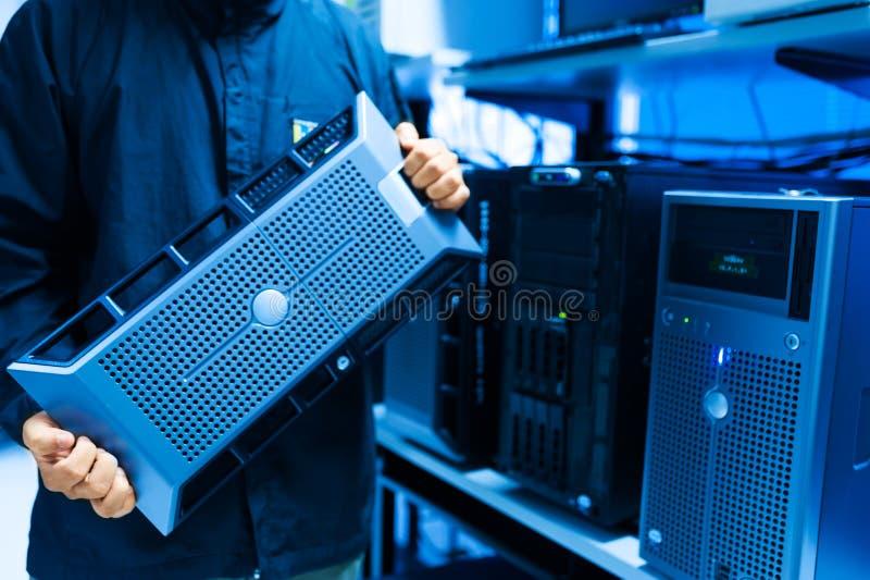 Réseau de serveur de difficulté d'homme dans la chambre de centre de traitement des données photos libres de droits