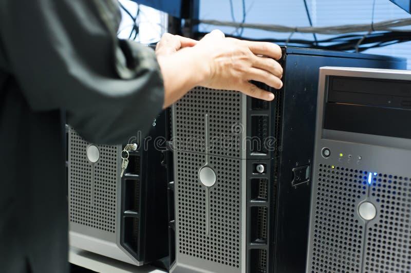Réseau de serveur de difficulté d'homme dans la chambre de centre de traitement des données images stock