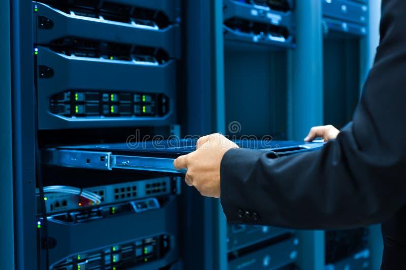 Réseau de serveur de difficulté d'homme dans la chambre de centre de traitement des données photographie stock