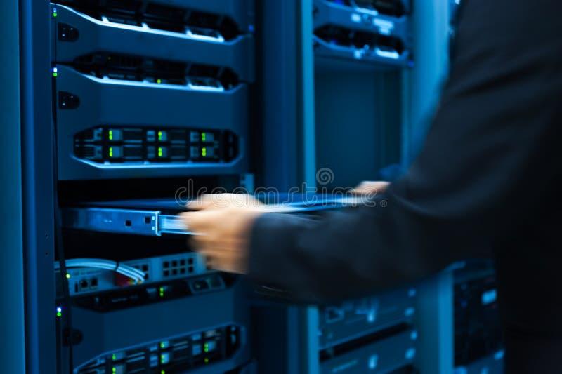 Réseau de serveur de difficulté d'homme dans la chambre de centre de traitement des données image libre de droits