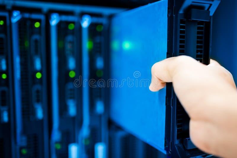 Réseau de serveur de difficulté de personnes dans la chambre de données image libre de droits
