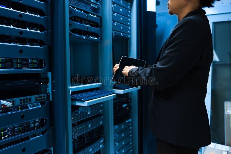 Réseau de serveur de difficulté de personnes dans la chambre de données photo libre de droits