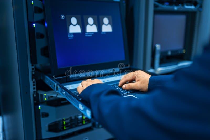 Réseau de serveur de difficulté de personnes dans la chambre de données images libres de droits