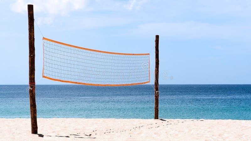 Réseau de volleyball à la plage Un filet de volleyball sur la plage avec la mer bleue, l'espace libre et le ciel ensoleillé images stock