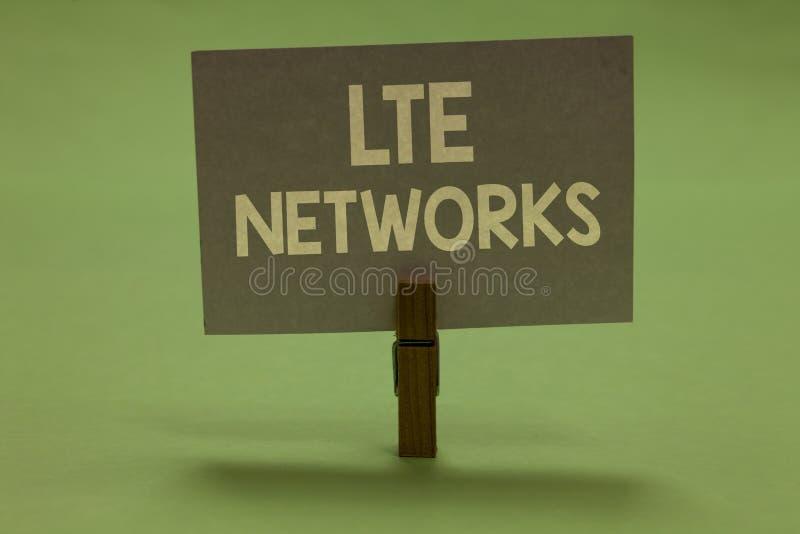 Réseaux de Lte des textes d'écriture de Word Concept d'affaires pour la connexion réseau la plus rapide disponible pour la pince  photographie stock libre de droits