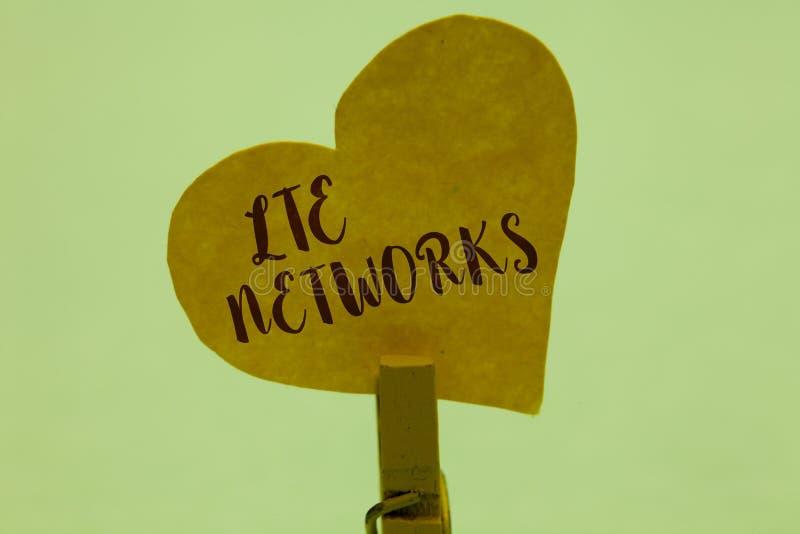 Réseaux de Lte des textes d'écriture de Word Concept d'affaires pour la connexion réseau la plus rapide disponible pour la pince  photos stock