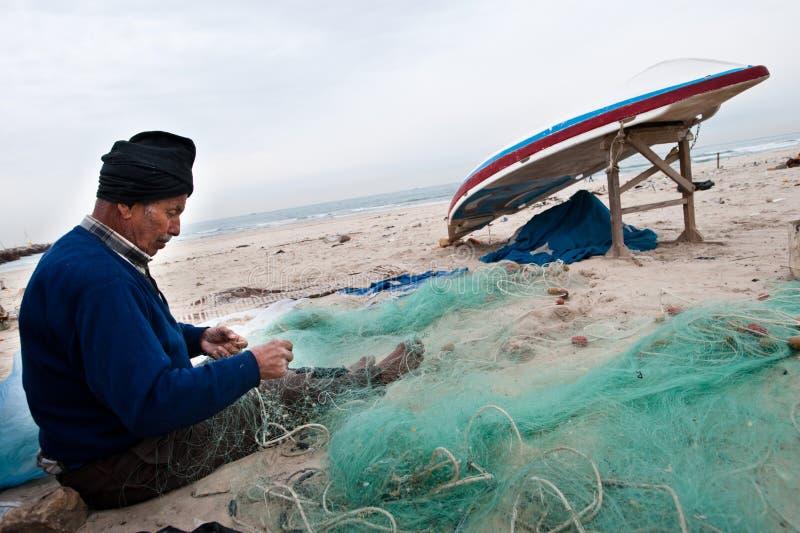 Réseaux de réparation de pêcheur de Gaza photographie stock