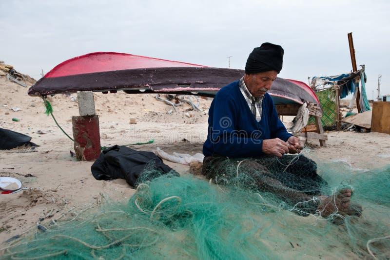 Réseaux de réparation de pêcheur de Gaza photos libres de droits