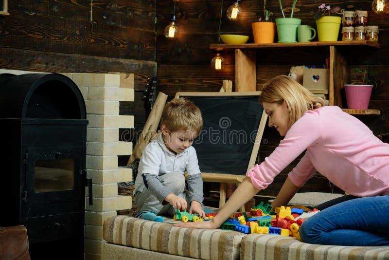 réserve vieux d'isolement par éducation de concept Jeu éducatif de jeu de petit enfant avec la femme, éducation Childcare et éduc images stock
