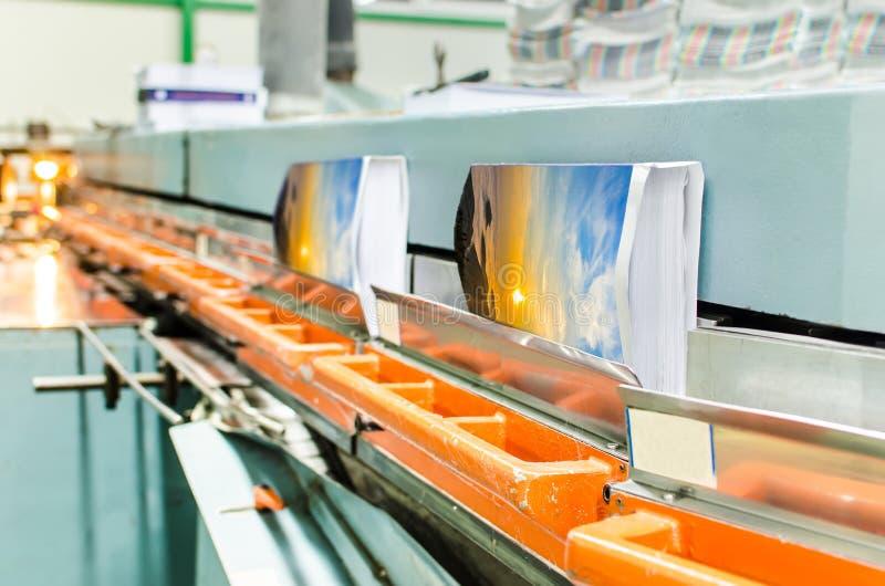 réservez la ligne attachée parfaite en offset usine de production d'impression photo stock