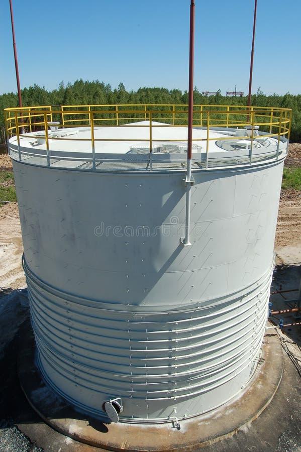 Réservoir à l'usine de pétrole-raffinerie images libres de droits