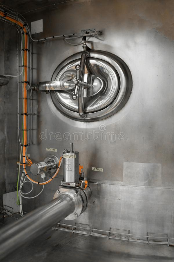 Réservoir avec la soupape rotative et les tuyaux reliés à elle images stock