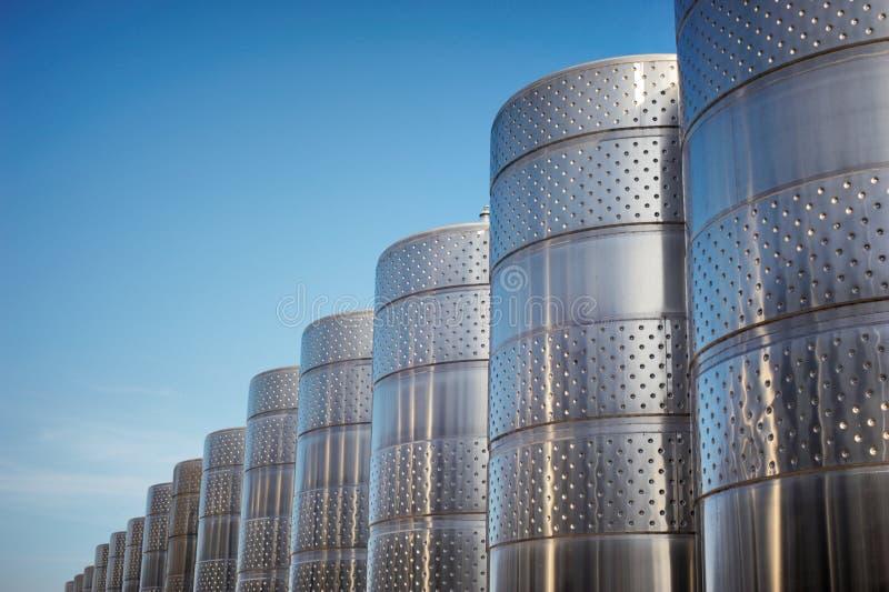 Réservoir d'acier inoxydable à l'établissement vinicole pour la maturation de vin photographie stock libre de droits