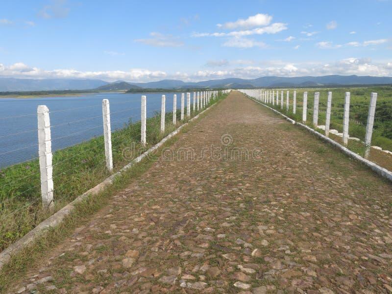 Réservoir d'eau d'Angicos, route au-dessus de la barrière photos stock