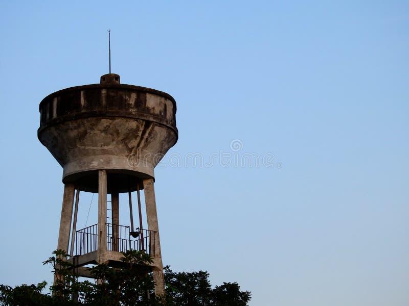 Réservoir d'eau, réservoir d'approvisionnement en eau pour Consume avec le fond de ciel bleu images stock