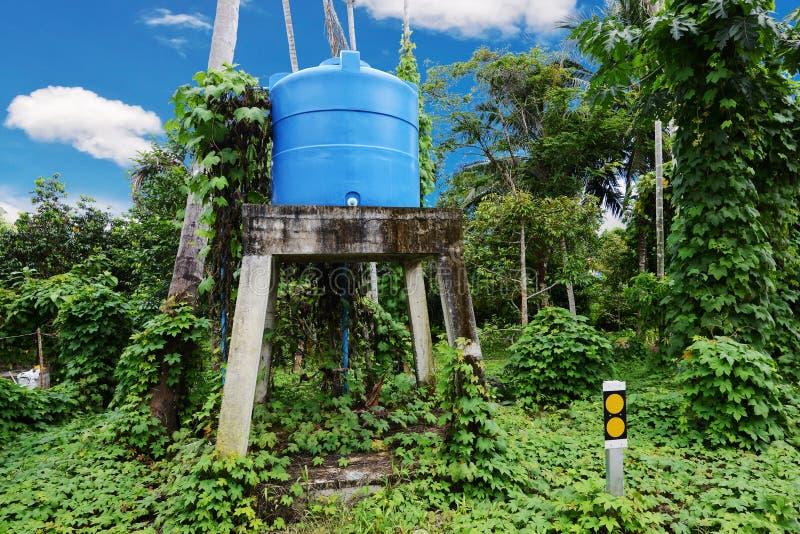 Réservoir d'eau bleue sur la tour images stock