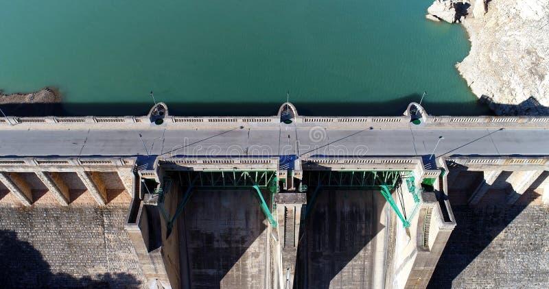 Réservoir d'eau et aeria générateur de puissance hydro-électrique de station photographie stock