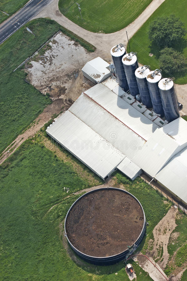 Réservoir d'engrais sur le groupe de vue aérienne d'exploitation laitière images stock