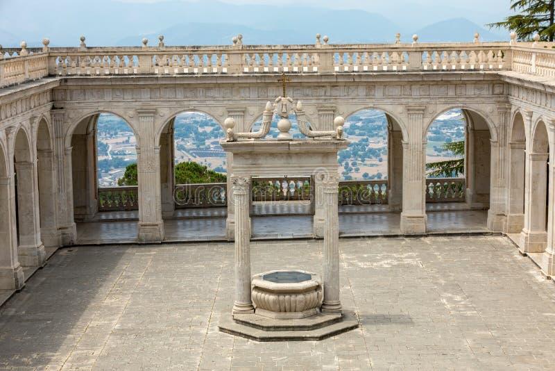 Réservoir dans le cloître de Bramante, abbaye bénédictine de Monte Cassino l'Italie photographie stock libre de droits
