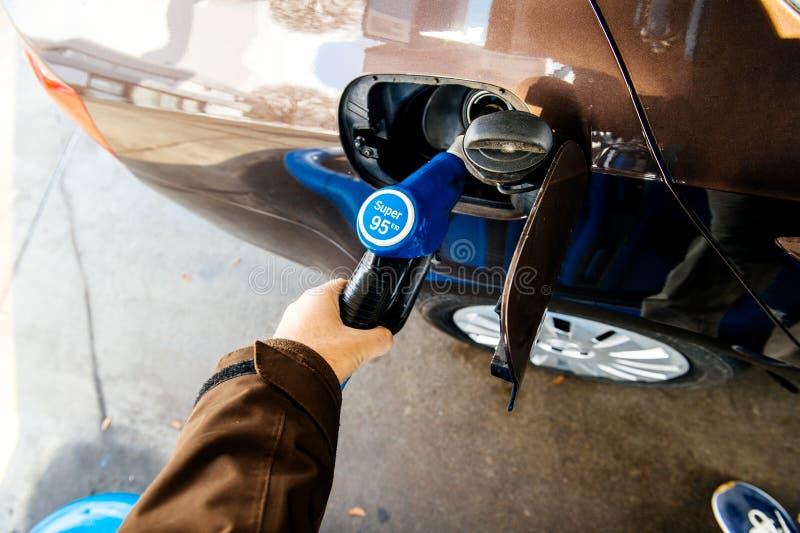 Réservoir de remplissage de station service avec du carburant d'essence d'essence photos stock