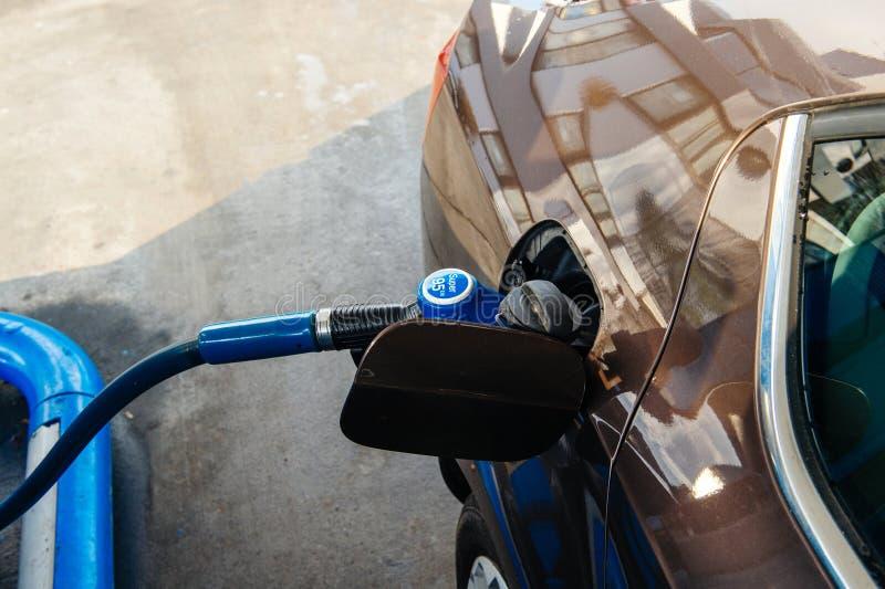 Réservoir de remplissage de station service avec du carburant d'essence d'essence photos libres de droits