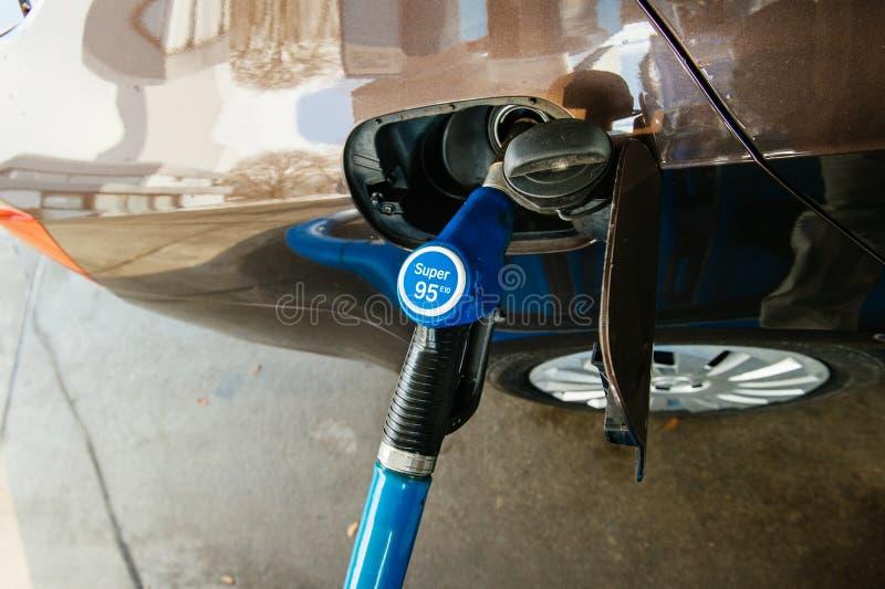 Réservoir de remplissage de station service avec du carburant d'essence d'essence photo libre de droits