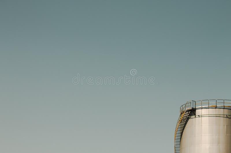 Réservoir de stockage d'huile avec le pont et les escaliers en métal photographie stock libre de droits
