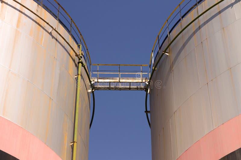 Réservoir de stockage d'huile avec le pont et les escaliers en métal photographie stock