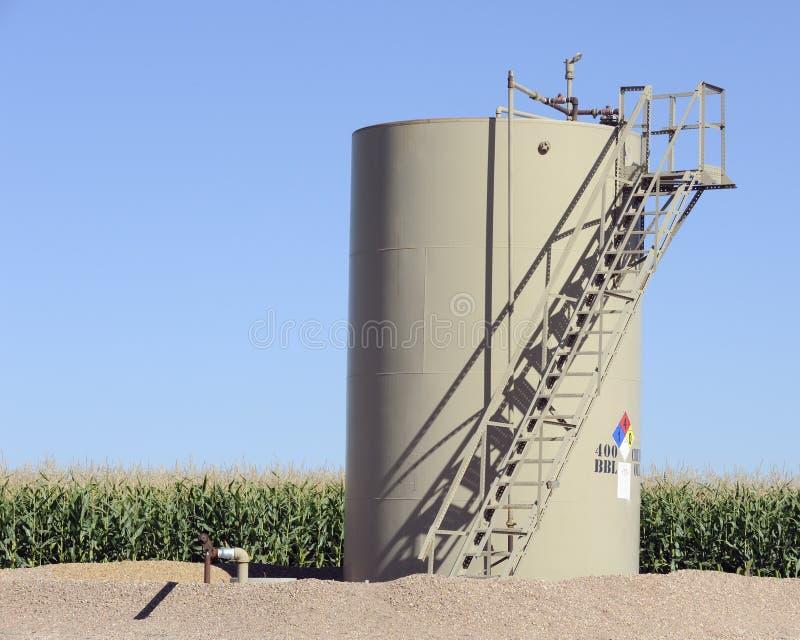 Réservoir de stockage d'huile dans le domaine de maïs image stock