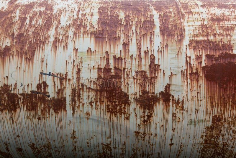 Réservoir de stockage de pétrole rouillé photos stock
