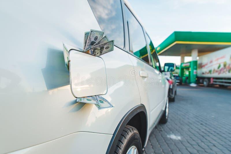 Réservoir de voiture avec l'argent à l'intérieur Station service augmentation des prix d'essence images libres de droits
