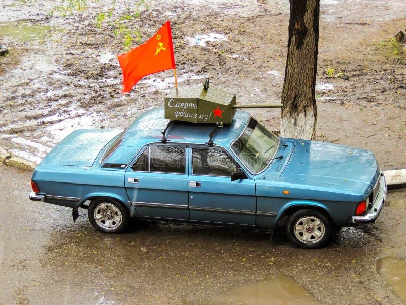 Réservoir du modèle T-34 sur la voiture Volga dans le jour de victoire images stock