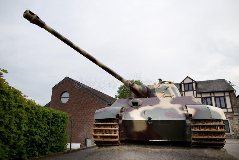 Réservoir du tigre II de groupe de solides solubles Kampfgruppe Peiper devant le musée 44 en La Gleize, Belgique images libres de droits