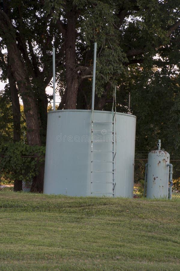 Réservoir et pompe de puits de pétrole image stock