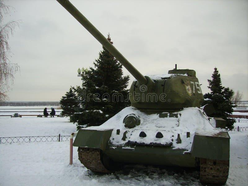 Réservoir légendaire du Soviétique T-34, couvert de neige images libres de droits
