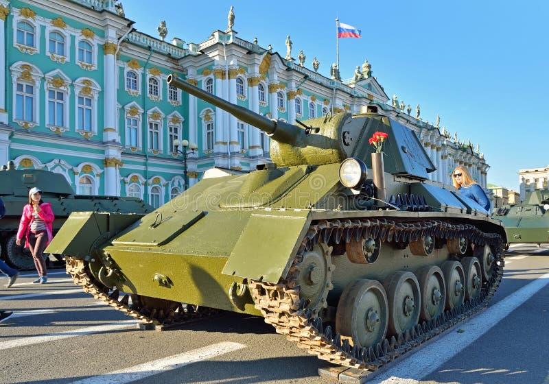 Réservoir léger T-70 du WWII sur le fond de l'hiver Pala images stock